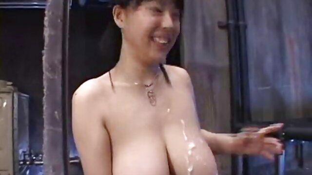 角質の成熟したポルノを与える男a gangbangオンザベッド エロ 動画 可愛い 女の子